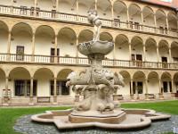 arkádové nádvoří s Bakchovou fontánou