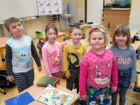 Po rozcvičce s námi jdou naši asistenti Klapzubáci malovat sněhuláka.