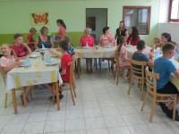 Čtvrťáci obsluhovali starší ročník u slavnostního oběda.